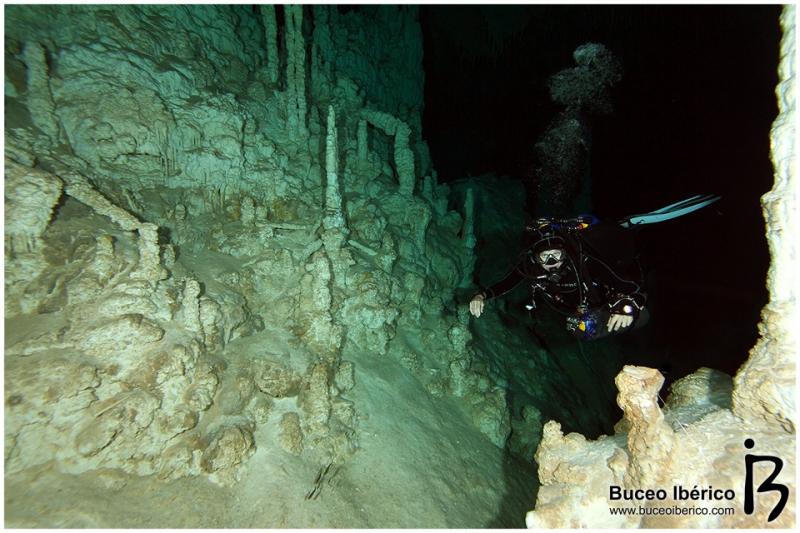 Cuevas - Buceadora en cueva