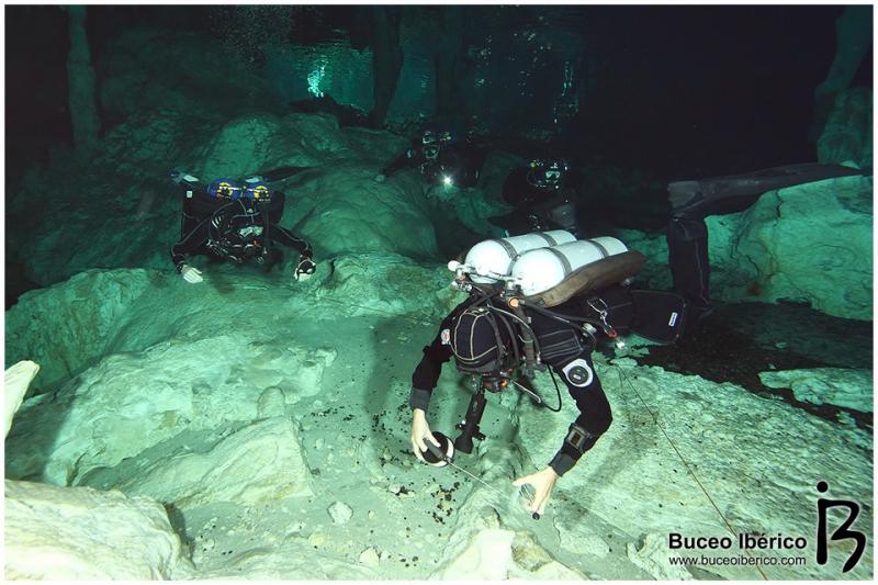 Cuevas - Equipo de buceadores