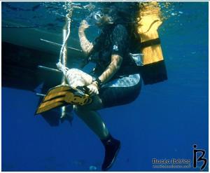 Ayudar con el equipo en una inmersión de buceo